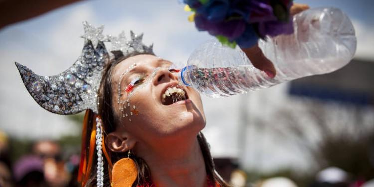 Beba água para se hidratar nos dias de folia